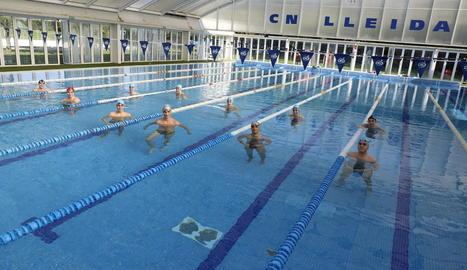 Nadadors del CN Lleida, en imatge d'arxiu, respectant la distància de seguretat.