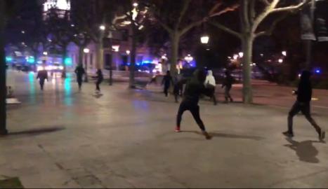 Manifestants enfrontant-se a la policía