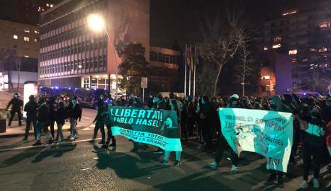 Apedrean una sede banaria en Lleida en las protestas por Hasél