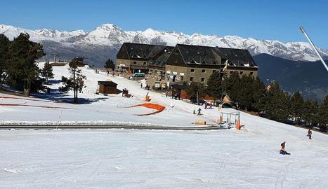 Imatge d'esquiadors ahir a les pistes de l'estació de Port Ainé, al Pallars Sobirà.