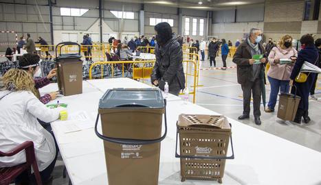 El repartiment dels cubells d'escombraries per a la recollida porta a porta a Agramunt.