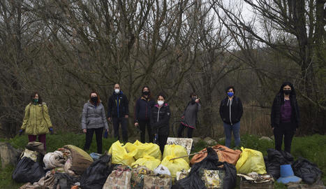 Osmon recull quilos d'escombraries en un camí de l'Horta