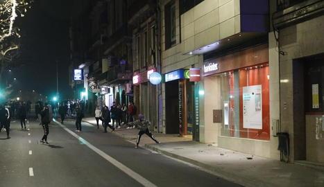 La manifestació, que va sortir de Ricard Viñes, al seu pas per l'Eix Comercial.