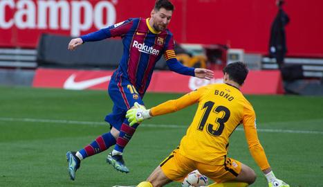 Leo Messi va resoldre bé davant de Bono per tancar el partit al Pizjuán.