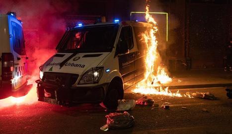 Un agent dels mossos que es trobava dins de la furgoneta incendiada va poder sortir il·lès.