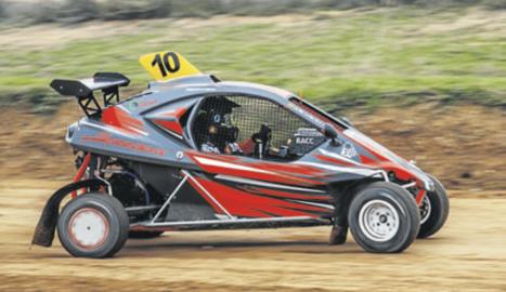 Un dels participants a la prova matinal d'autocross, ahir al Circuit de Lleida.