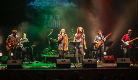 L'incombustible del rock en català durant la seua actuació al Teatre Ateneu de la capital de l'Urgell.