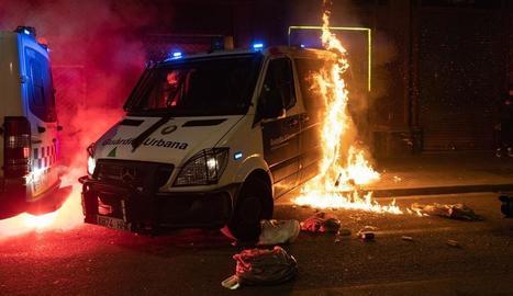 Encaputxats van llançar còctels Molotov contra un furgó de la Guàrdia Urbana de Barcelona amb un agent a dins.