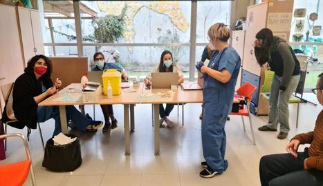 Vacunació - El ritme de vacunació s'ha frenat el cap de setmana, com és habitual, i Salut ho atribueix al fet que va administrant entre setmana totes les dosis que rep. Segons dades del departament d'ahir al matí, només se n'havien aplic ...