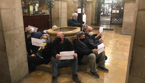 """Un grup de persones s'encadena al pati de la Paeria de Lleida per exigir la fi de la """"repressió"""" contra el jovent"""