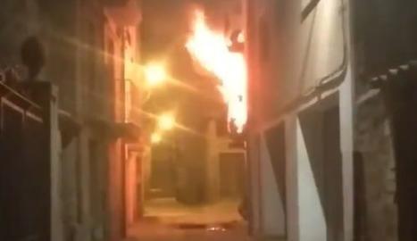 L'incendi en un pis del carrer Parra de Ponts.