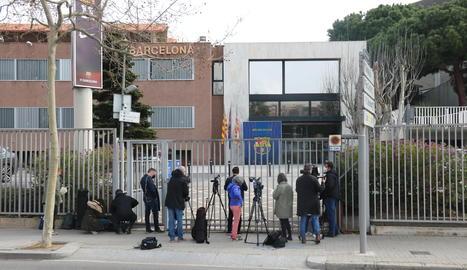 Imatge de l'entrada de les oficines del Barça al Camp Nou amb diversos periodistes esperant.