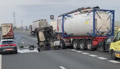 Van xocar dos camions, una furgoneta i un turisme.