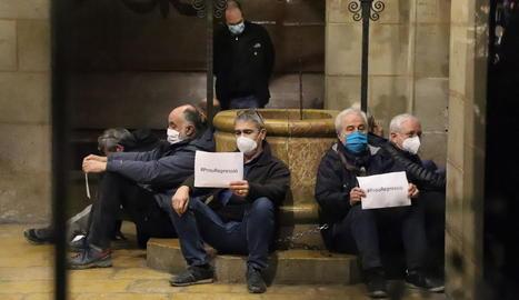 Encadenaments contra la repressió - Uns quants membres de l'ANC de Lleida es van encadenar ahir a la Paeria per exigir el final de la repressió contra l'independentisme i exigir, també, responsabilitats als Mossos d'Esquadra per la repress ...