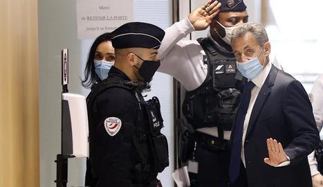 Nicolas Sarkozy en el moment d'arribar ahir als jutjats de París.