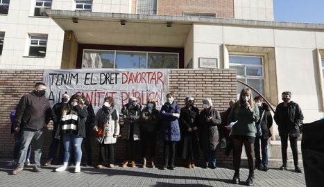 Protesta de col·lectius feministes davant de la delegació territorial de Salut a Lleida, al desembre.