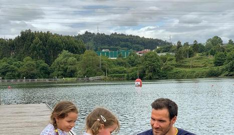 Saúl, amb les seues filles Alejandra i Valentina, a l'embassament asturià de Trasona.