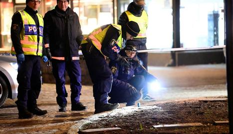 Policies inspeccionen el lloc en el qual es va produir l'atac terrorista, ahir, a Vetlanda.