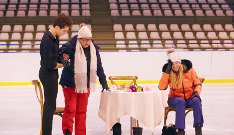 María del Monte aprèn a patinar amb l'aranès Tòn Cónsul.