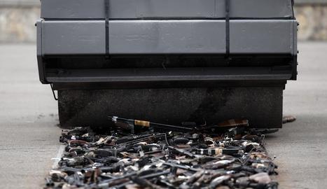 Sánchez escenifica la derrota d'ETA i els Grapo destruint-ne les armes