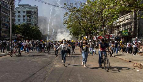 La policia va dispersar ahir la protesta amb gas lacrimògen.