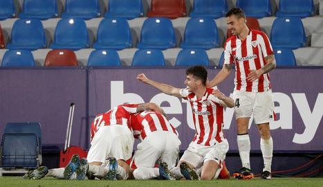 Jugadors de l'Athletic celebren un dels seus gols d'ahir.