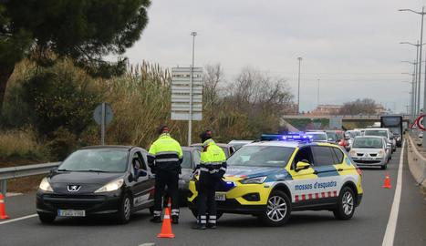 Mossos en un control de mobilitat a Tarragona.