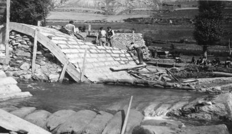 Imatge de la construcció de la presa hidroelèctrica de les Vall d'Àneu, la dècada dels 50.