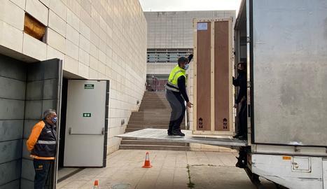 Aquest divendres 5 de març han sortit cap a Barbastre una quarantena de les 83 peces en litigi que faltaven per lliurar.