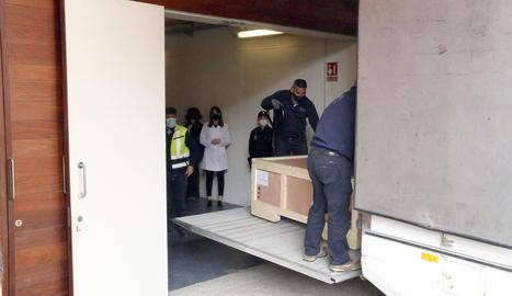 El camió descarregant una de les 42 obres d'art de la Franja del Museu de Lleida que ha arribat al Museu de Barbastre-Montsó.