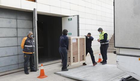 El director del Museu de Lleida, Josep Giralt (a l'esquerra), va 'acompanyar' l'art fins a l'últim moment, fins que el camió va marxar.