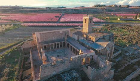 Vista aèria del monestir d'Avinganya, al Baix Segre.