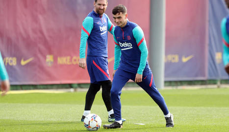 Pedri, durant l'entrenament d'ahir, amb Messi mirant-lo.