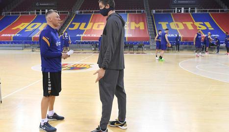 Pau Gasol parla amb Jasikevicius, ahir al Palau Blaugrana.