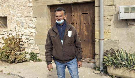 Timoteo Rodríguez, de 57 anys, a l'entrada de l'immoble.
