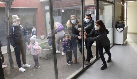 Dos pares i una professora del Frederic Godàs intenten obrir la porta que el col·legi demana canviar.