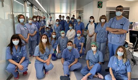 Foto de família de tot el personal de l'UCI de l'Arnau de Vilanova, una unitat que està sent clau durant la pandèmia
