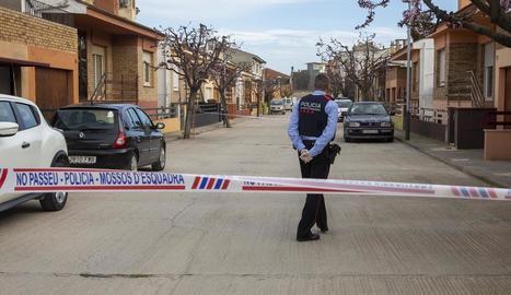 Imatge del 8 de març del 2020, quan un carrer de Castellserà va quedar tallat per un possible cas.