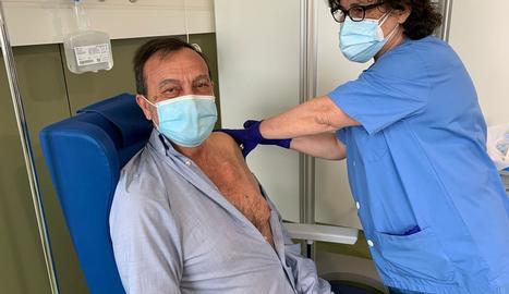 Un pacient de Nefrologia de l'Arnau rep la primera dosi.