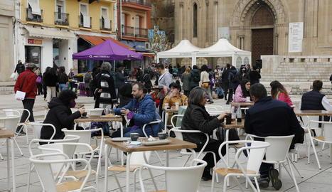 Diversos clients a la terrassa d'un bar de la plaça Sant Joan de Lleida cap a les 12.00 hores.