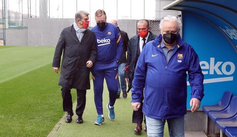 Joan Laporta conversa amb Ronald Koeman mentre es dirigeixen al vestidor de la Ciutat Esportiva.