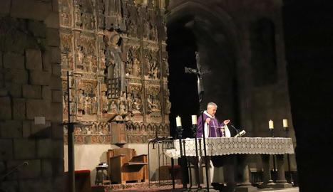 A l'esquerra, en primer pla, la peanya buida on lluïa l'escultura gòtica, ahir a Sant Llorenç.