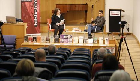 La periodista de SEGRE Anna Sàez i l'escriptora Àngels Marzo, ahir a la Biblioteca Pública de Lleida.