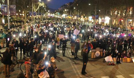 Un moment de la manifestació organitzada ahir a Barcelona, en què 3.600 dones van respectar la distància de seguretat.