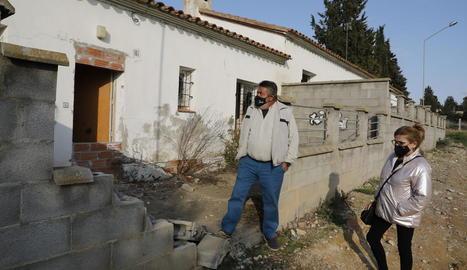 Dos veïns mostren una de les dos cases en ruïnes que han demanat enderrocar a l'ajuntament.