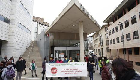 Membres de la PAH es van concentrar a les portes del jutjat per donar suport als tretze acusats.