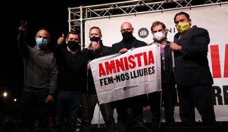 Desenes de persones es van reunir a la plaça Ricard Viñes de Lleida per protestar contra la decisió.