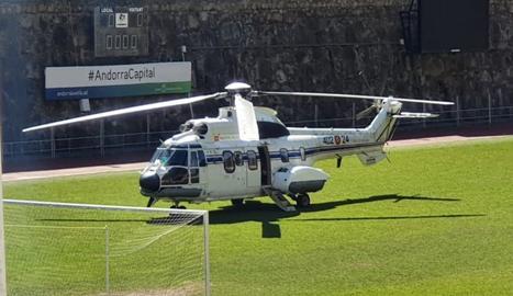 L'helicòpter aturat a la gespa de l'Estadi Comunal