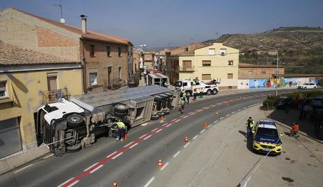 Imatge del camió amb porcs que va bolcar ahir quan circulava per l'interior de Castelló de Farfanya.