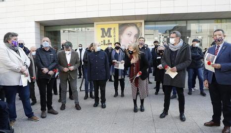 """El públic que es va citar davant de la porta del Museu va llançar crits contra l'""""espoli"""" de l'art."""